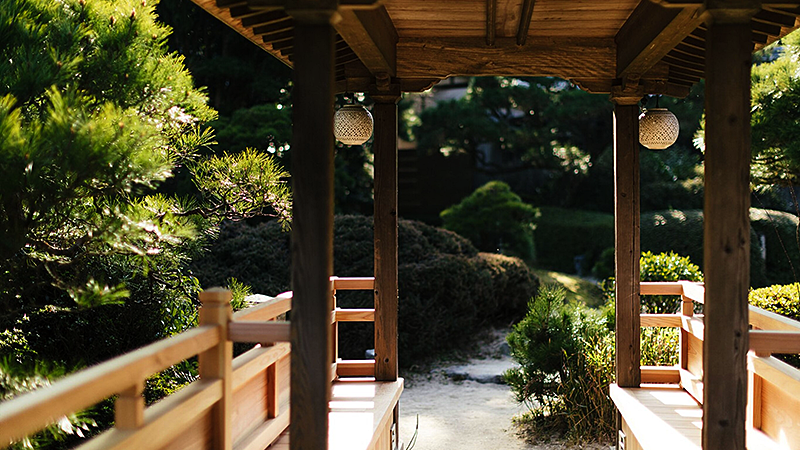 池泉回遊式庭園の東屋