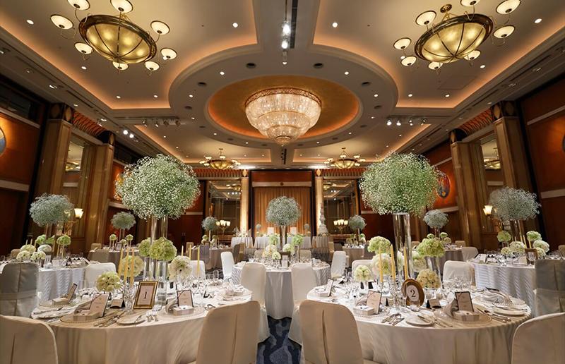 最大400名までの披露宴が叶う「扇の間」 ホテルならではの重厚感ある空間と、本物の輝きを放つシャンデリアが、ワンランク上のセレモニーを彩る