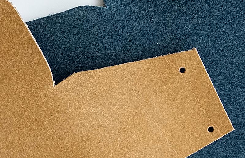 本体の革にはオンオフ使えて飽きのこない「キャメル」と「ブルー」の2色を用意