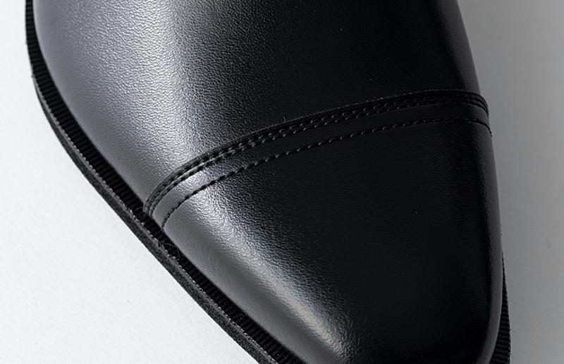 「ECOPET®︎」を使用した人工皮革は、自然な風合いと履き心地を追求するために様々な工夫が施されています。