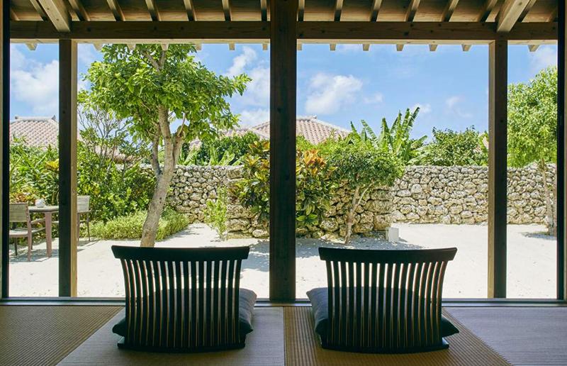 キャンギ:涼し気な印象を放つ琉球畳を敷き詰めた、2名でご宿泊できる家です。