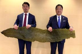 右:函館市長 工藤壽樹、左:シオノギヘルスケア社長 吉本悟